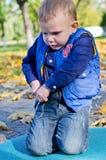 Niño pequeño lindo que juega al aire libre Fotos de archivo