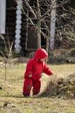 Niño pequeño lindo que se divierte en el campo Imagenes de archivo