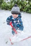 Niño pequeño lindo que se divierte mucho con nieve Foto de archivo