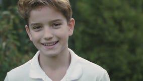 Niño pequeño lindo sonriente almacen de metraje de vídeo