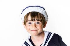 Niño pequeño lindo vestido en traje de marinero Fotos de archivo