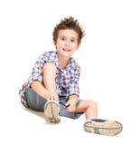 Niño pequeño melenudo travieso en cortocircuitos Fotografía de archivo libre de regalías