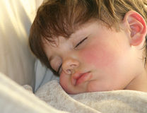 Niño pequeño napping Imagenes de archivo