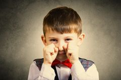 Niño pequeño obstinado, triste, trastornado imagen de archivo libre de regalías