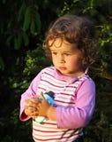 Niño pequeño pensativo en naturaleza fotos de archivo