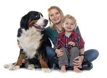 Niño pequeño, perro y madre foto de archivo