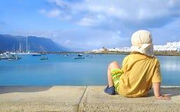Niño pequeño por el mar; Graciosa; Las Canarias Fotos de archivo