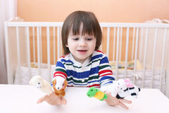 Niño pequeño precioso (2 5 años) de juegos con las marionetas del finger en casa Foto de archivo libre de regalías