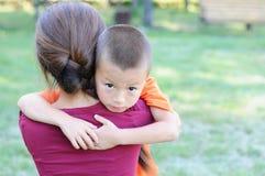Niño pequeño que abraza a la madre Imágenes de archivo libres de regalías