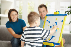 Niño pequeño que aprende cartas y números Foto de archivo libre de regalías