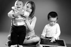 Niño pequeño que aprende números y la escritura Foto de archivo libre de regalías