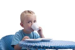 Niño pequeño que bebe una leche de Op. Sys. de la taza Fotografía de archivo