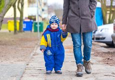 Niño pequeño que camina con su madre Foto de archivo
