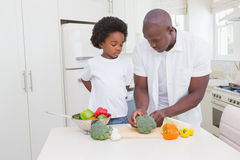 Niño pequeño que cocina con su padre Foto de archivo libre de regalías