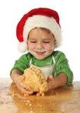 Niño pequeño que cocina la torta de la Navidad Imagen de archivo