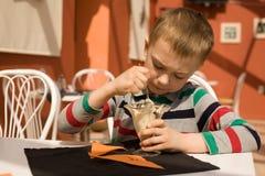 Niño pequeño que come el helado Fotos de archivo libres de regalías