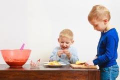 Niño pequeño que come la manzana para el bocado Imagen de archivo libre de regalías