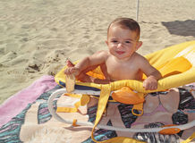 Niño pequeño que come una galleta Fotos de archivo libres de regalías