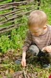 Niño pequeño que comienza una hoguera Imágenes de archivo libres de regalías