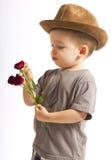 Niño pequeño que cuenta los pétalos de la flor Imagen de archivo libre de regalías