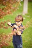 Niño pequeño que cultiva un huerto al aire libre Fotografía de archivo libre de regalías