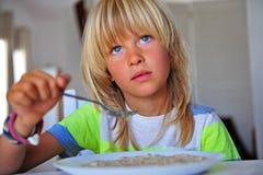 Niño pequeño que desayuna en cocina imagen de archivo