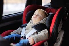 Niño pequeño que duerme en asiento de carro fotos de archivo libres de regalías