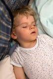 Niño pequeño que duerme en su cama Imagen de archivo libre de regalías
