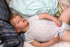 Niño pequeño que duerme en su cama Fotos de archivo