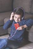 Niño pequeño que escucha la música Foto de archivo libre de regalías