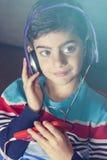 Niño pequeño que escucha la música Imagen de archivo libre de regalías