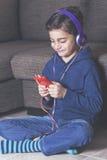 Niño pequeño que escucha la música Fotos de archivo libres de regalías