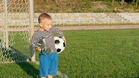 Niño pequeño que espera para jugar a fútbol Foto de archivo libre de regalías