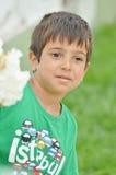 Niño pequeño que habla con alguien elses seriamente Imágenes de archivo libres de regalías
