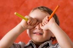 Niño pequeño que hace caras. Imagen de archivo