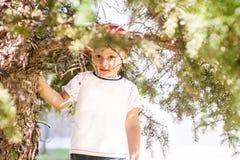 Niño pequeño que juega al aire libre imagenes de archivo