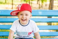 Niño pequeño que juega al aire libre fotos de archivo libres de regalías
