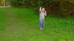 Niño pequeño que juega con el sombrero almacen de video
