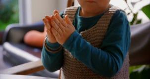 Niño pequeño que juega con la arcilla en un hogar cómodo 4k metrajes