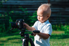 Niño pequeño que juega con la cámara de vídeo Fotografía de archivo