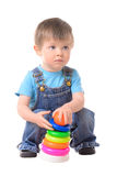 Niño pequeño que juega con la pirámide del juguete foto de archivo libre de regalías