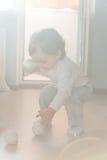 Niño pequeño que juega con las bolas de la plata de la Navidad fotos de archivo
