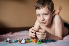 Niño pequeño que juega con los juguetes; Foto de archivo