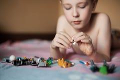 Niño pequeño que juega con los juguetes; Fotografía de archivo
