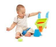 Niño pequeño que juega con los juguetes de la playa Fotos de archivo libres de regalías