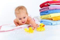 Niño pequeño que juega con los patos Imágenes de archivo libres de regalías