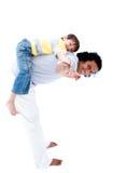 Niño pequeño que juega con su padre Foto de archivo libre de regalías