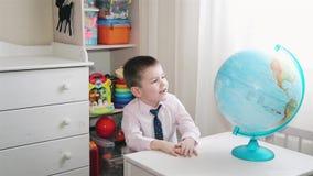 Niño pequeño que juega con un globo HD 1020x1080p metrajes