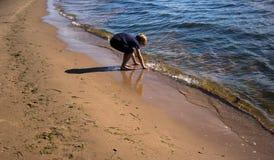 Niño pequeño que juega con una onda de balanceo Fotos de archivo libres de regalías