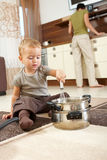 Niño pequeño que juega en cocina Imagen de archivo libre de regalías